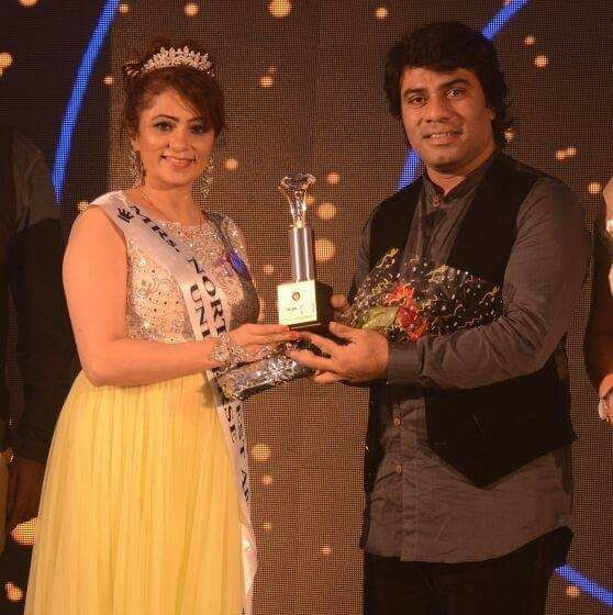Daljeet while receiving the award — Mrs India gorgeous, 2016