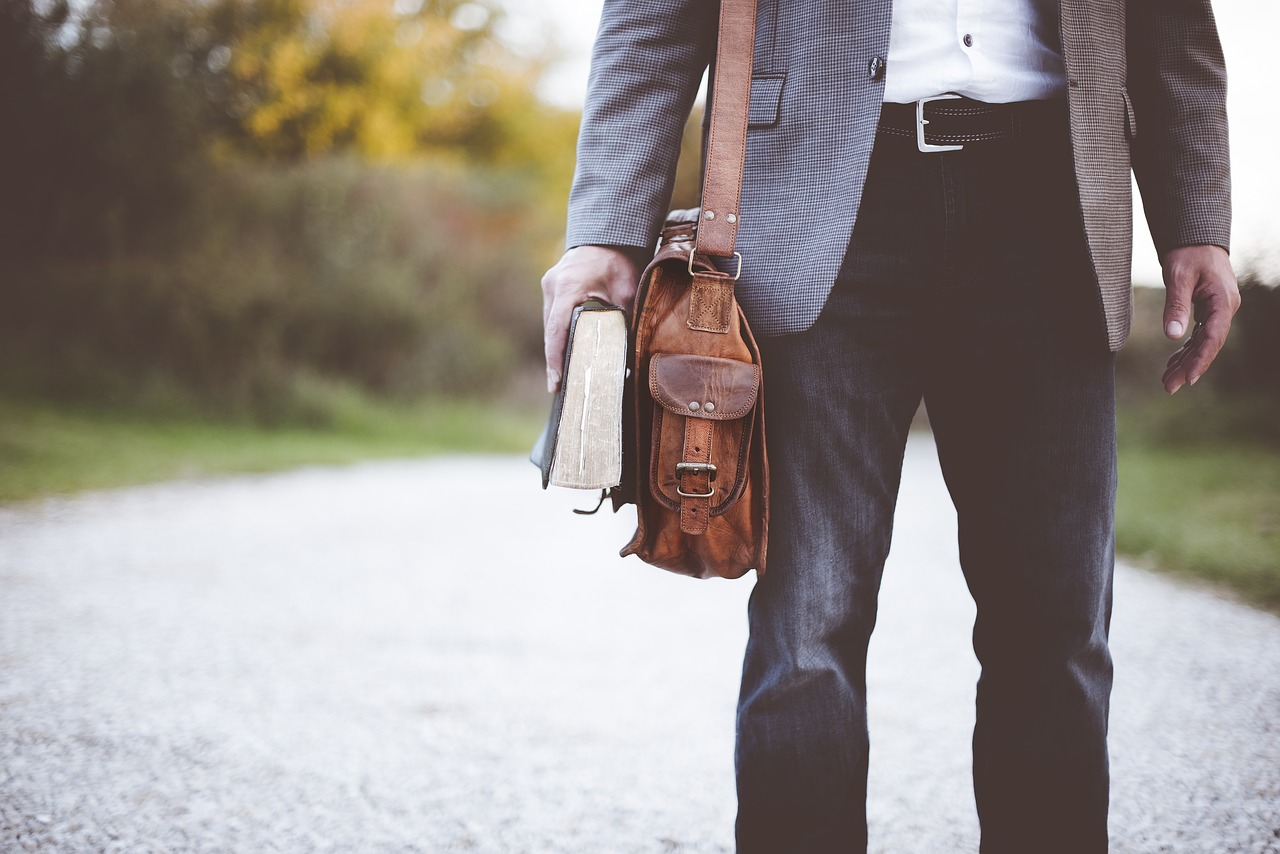 Reasons Why Men Should Carry a Purse