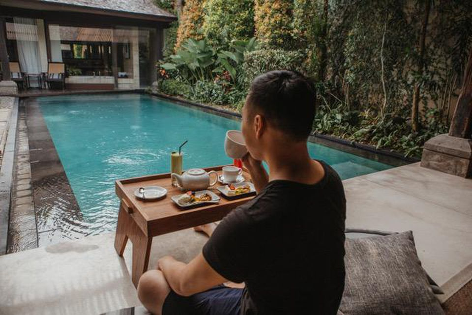 Sipping tea while traveling in Bali and running his young seven-figure company. PHOTOGRAPHY BY SHEKO THEO