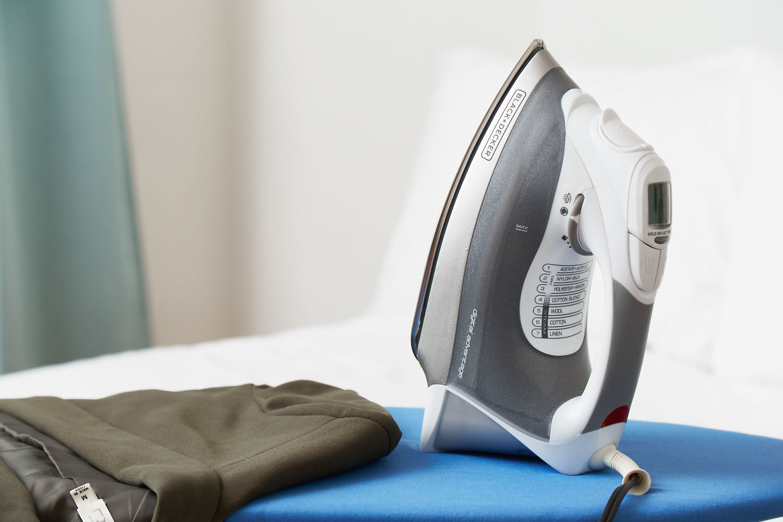Black and Decker Corded Steam Iron by Your Best Digs via Flickr: https://www.yourbestdigs.com/reviews/best-steam-iron/