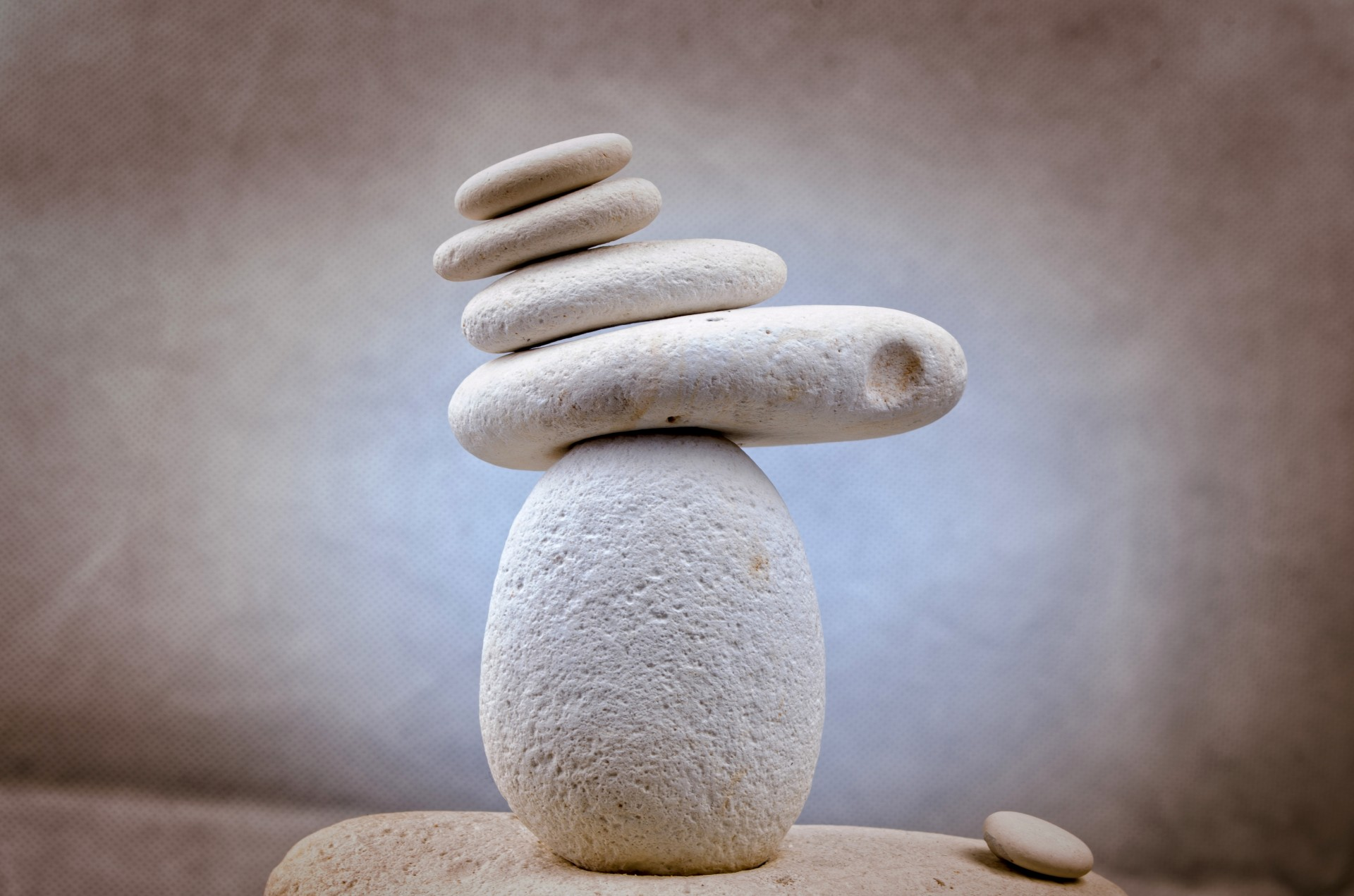 A large stone balancing different sizes of stones