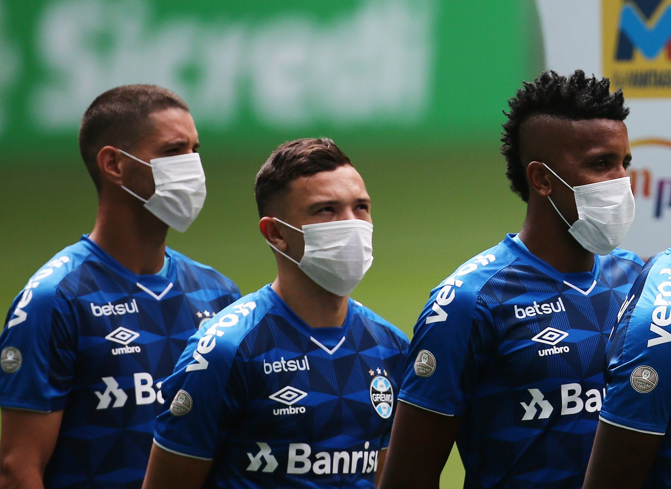 Soccer Football - Campeonato Gaucho - Gremio v Sao Luiz - Arena do Gremio, Porto Alegre, Brazil - March 15, 2020    Gremio players wearing masks before the match is played behind closed doors as the number of coronavirus cases grow around the world       REUTERS/Diego Vara