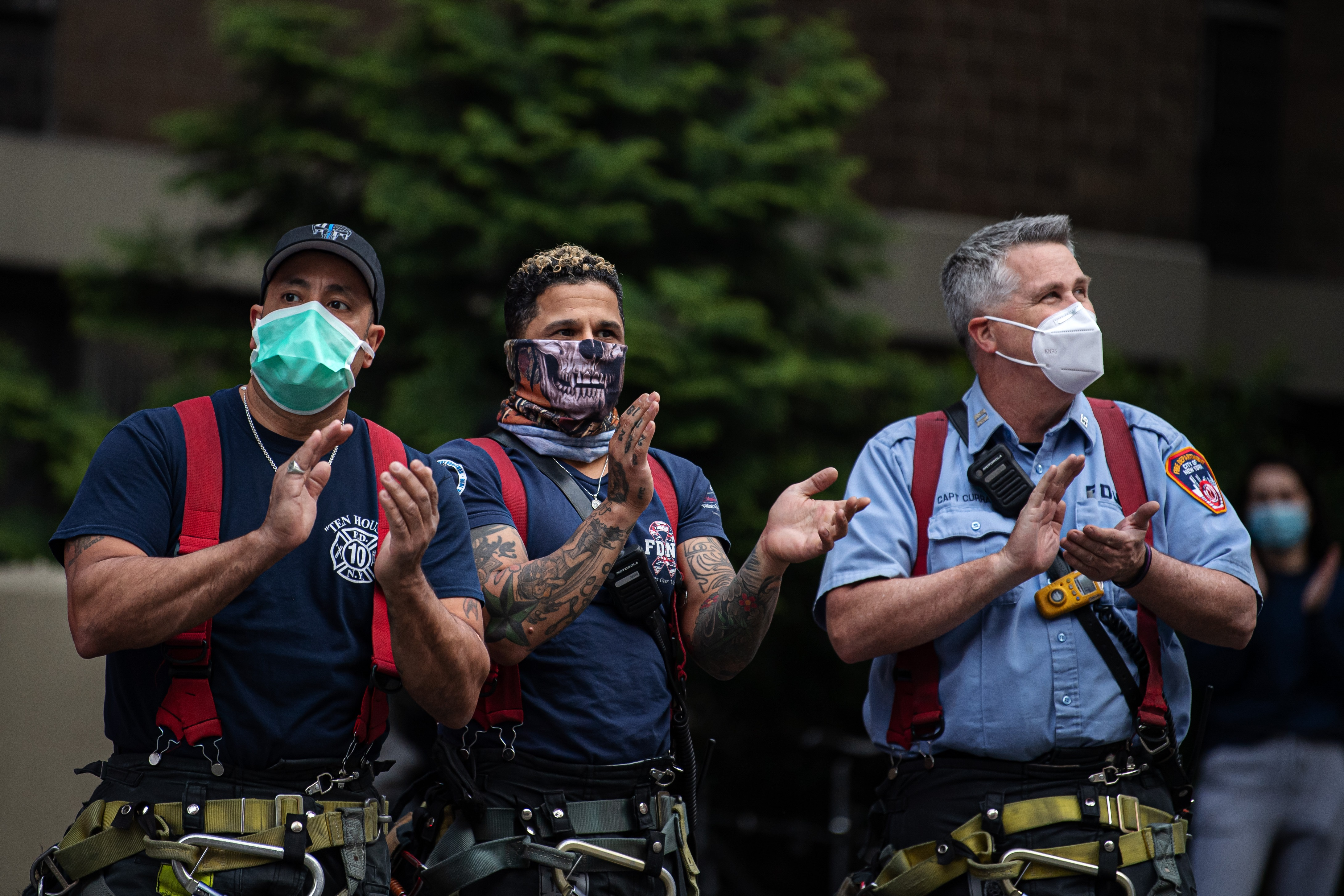200505 Firemen clap for first responders at 7pm outside the NewYork-Presbyterian Lower Manhattan Hospital as the coronavirus, COVID-19, outbreak continues on May 5, 2020 in New York, NY, USA. Photo: Joel Marklund / BILDBYRÅN / kod JM / 88148 bbeng coronavirus covid-19 virus corona sjukdom No Use Sweden. No Use Norway. No Use Austria.
