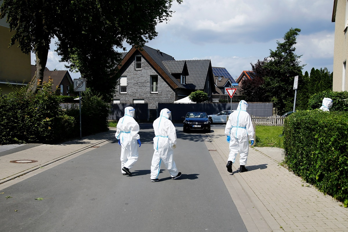 Members of a mobile testing unit of the German Army and German Red Cross arrive to test residents for the coronavirus disease (COVID-19), following an outbreak of the disease at Toennies meat factory, where employees remain under lockdown, in Guetersloh, Germany, June 22, 2020. REUTERS/Leon Kuegeler