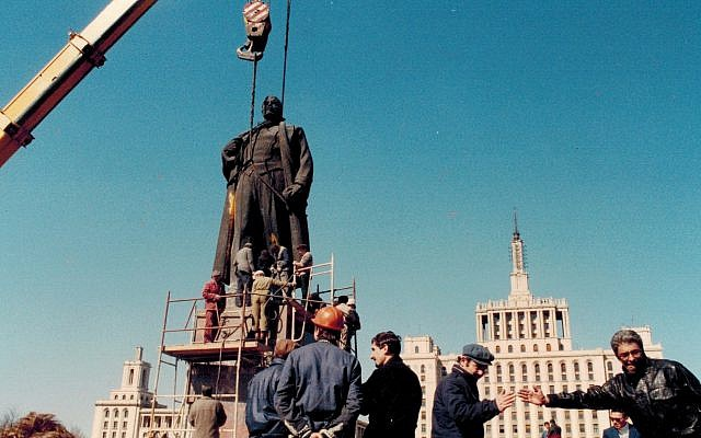 Romanian crowd removes statue of Lenin, 1990 (Dan Perry photo)