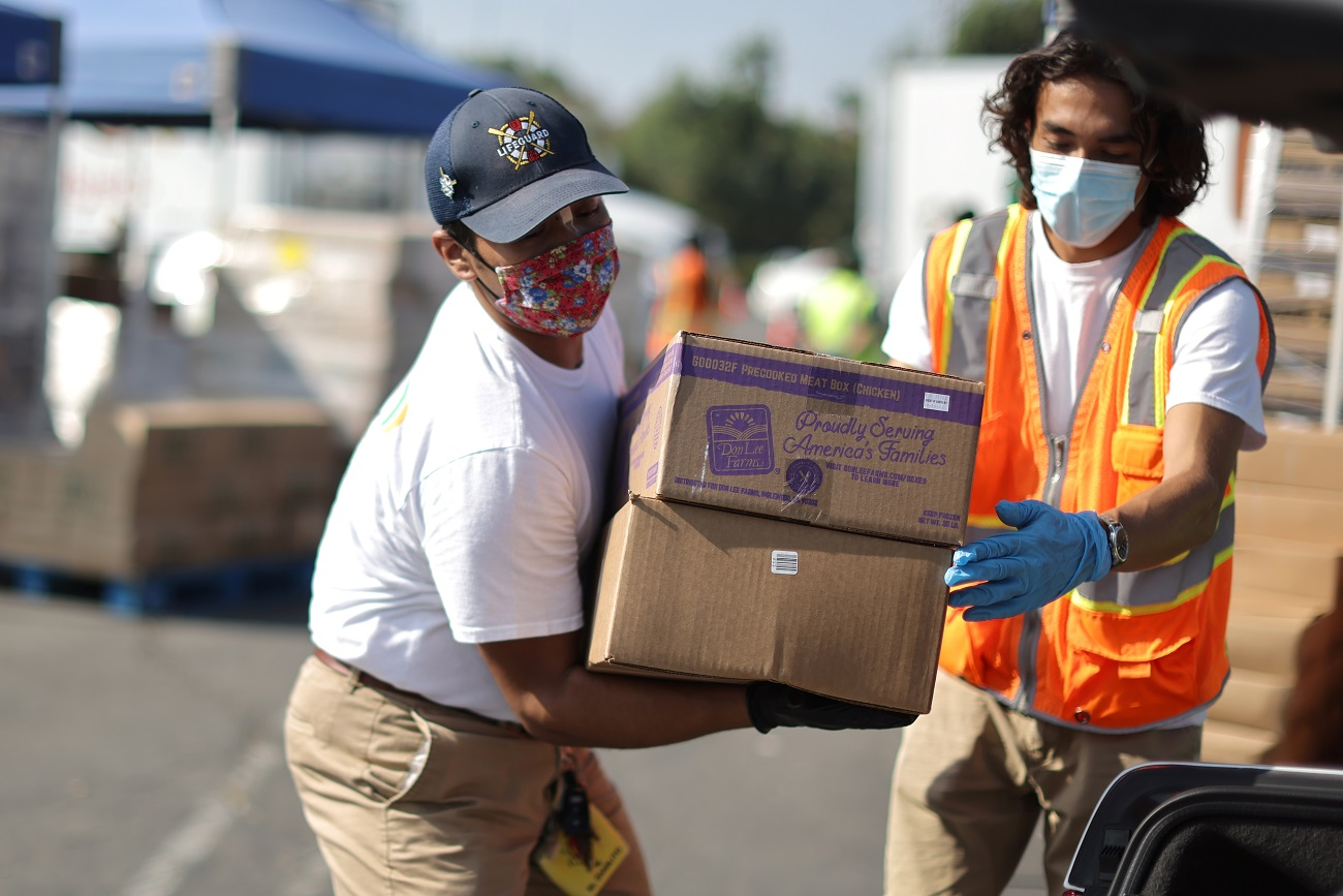 Los Angeles Food Bank volunteers hand out boxes of produce, during the coronavirus disease (COVID-19) outbreak, in Montebello, California, U.S., September 25, 2020. REUTERS/Lucy Nicholson