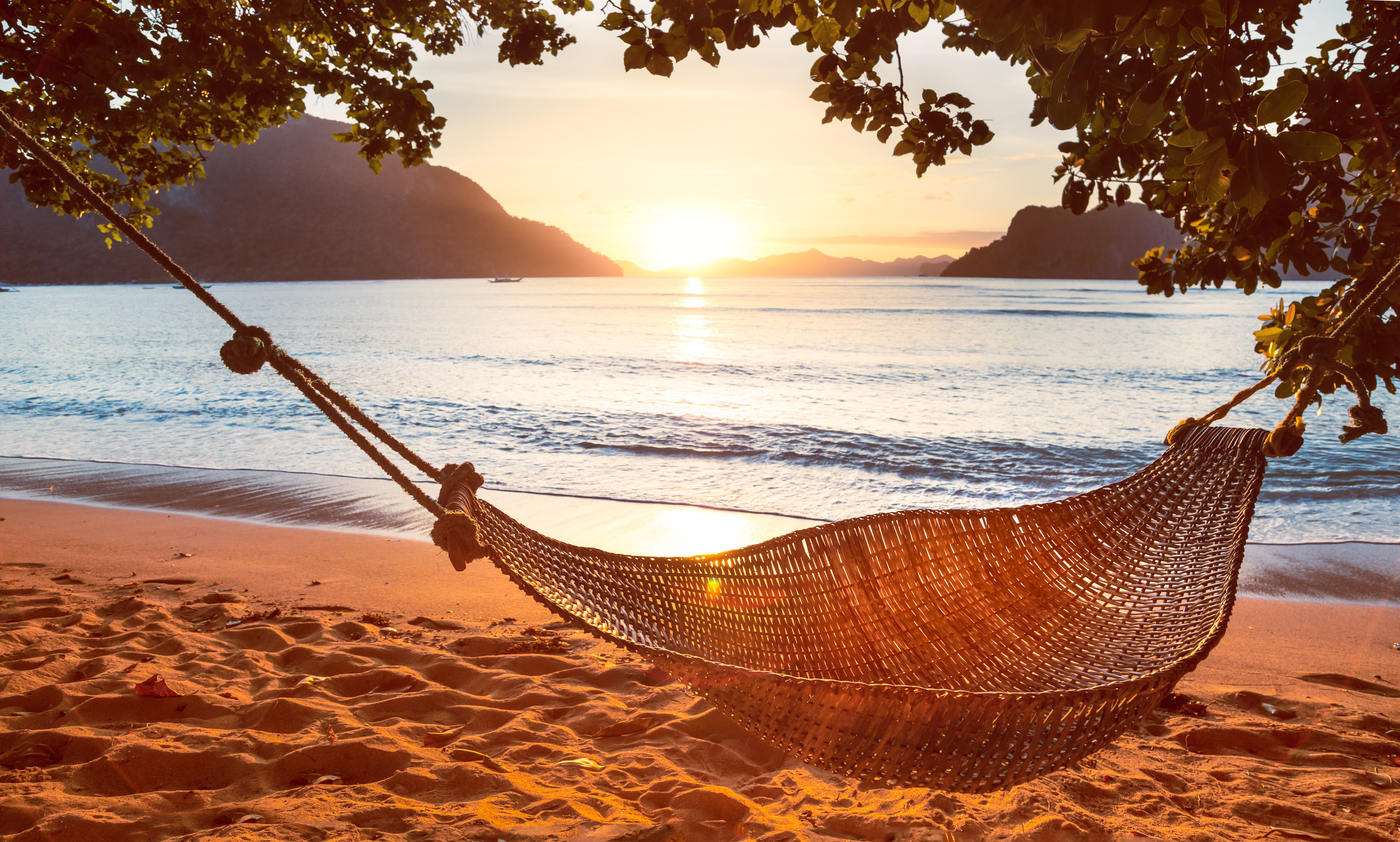 Hypnosis story to treat insomnia at sunset on a tropical island