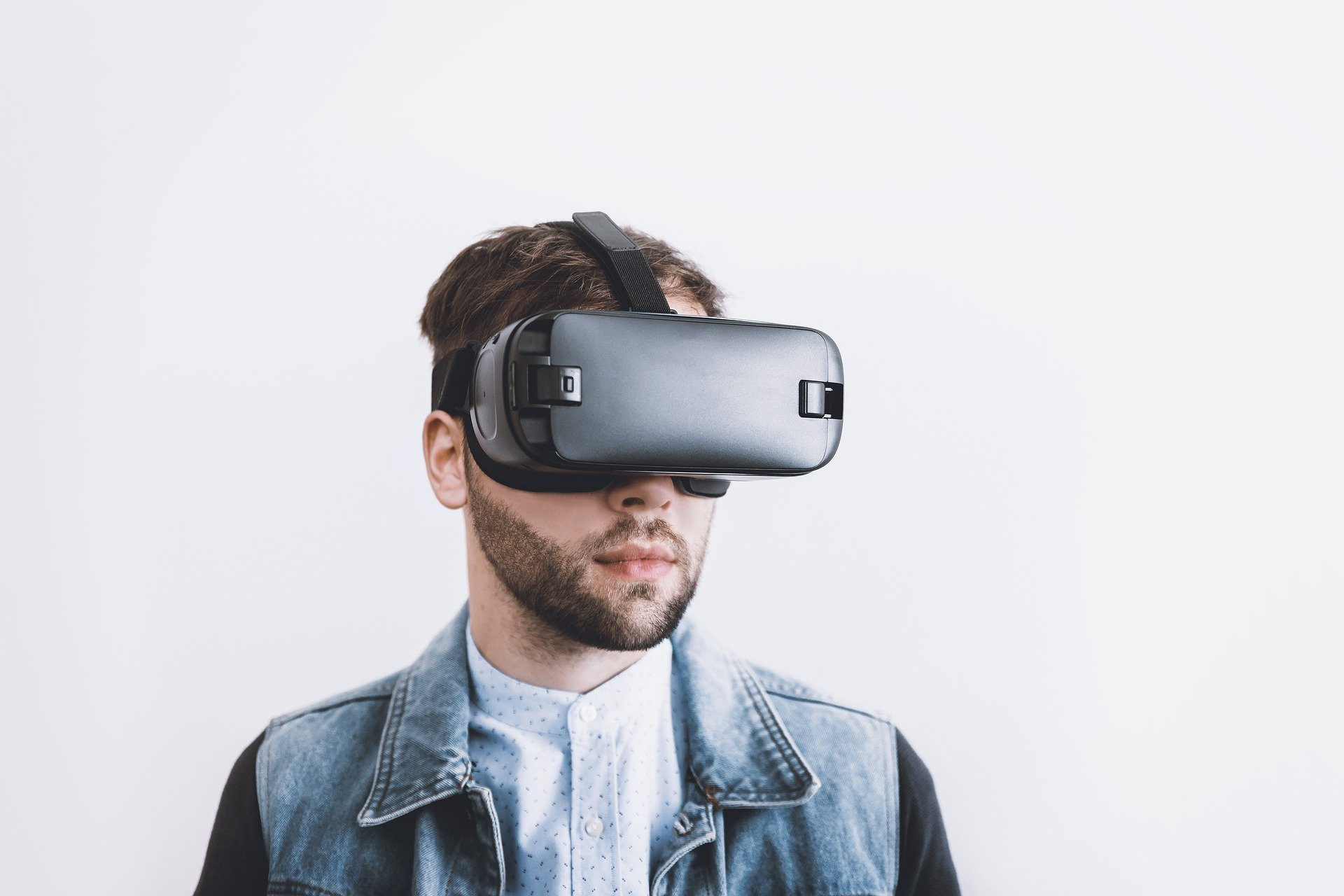 man with vr glasses on learning about addiction recovery.